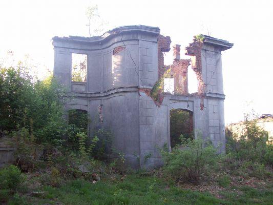 Ruiny oficyny Pałacu Karskich we Włostowie
