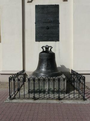 """Dzwon """"Bogumił"""" z 1761r. (Bogumilus) przy południowych murach archikatedry gnieźnieńskiej"""
