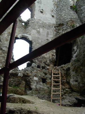 Fragment ruin zamków Mirów - od wewnątrz