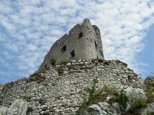 Zamek w Mirowie widziany z dołu