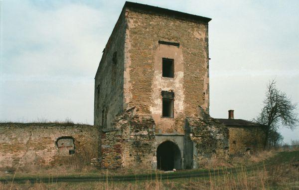 Ćmielów, ruiny zamku, budynek bramny