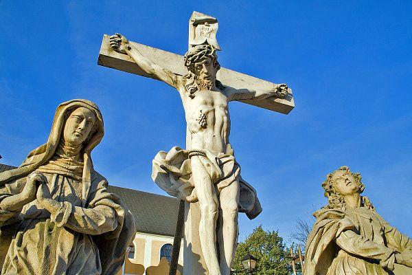 Grodowiec - rzeźby przed kościołem.