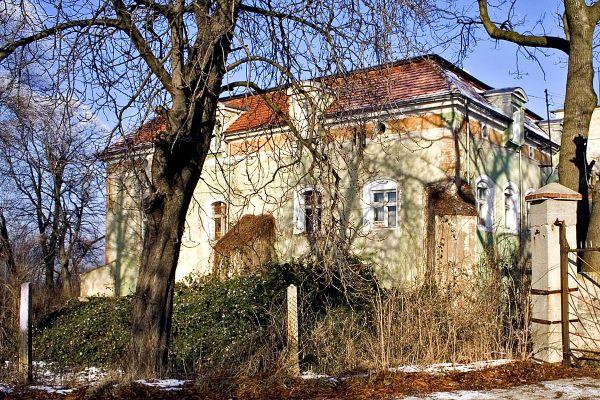Miłaków - dwór z XVII wieku.