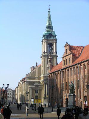 Toruń, kościół Świętego Ducha, po prawej Ratusz Staromiejski