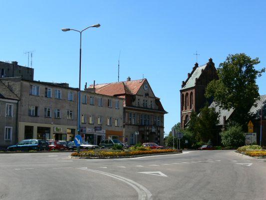 Karlino - Rynek w tle ratusz i kościół pw. św. Michała Archanioła