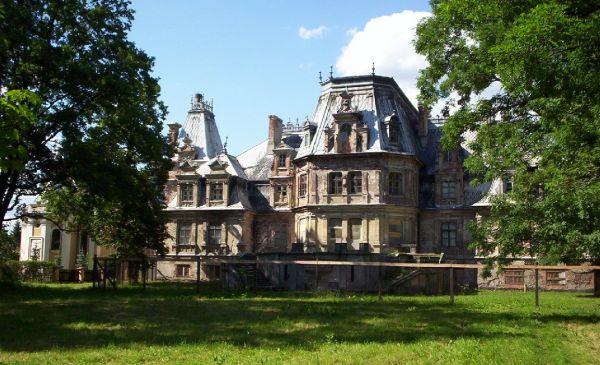Zrujnowany pałac w Guzowie, widok od strony południowej i parku