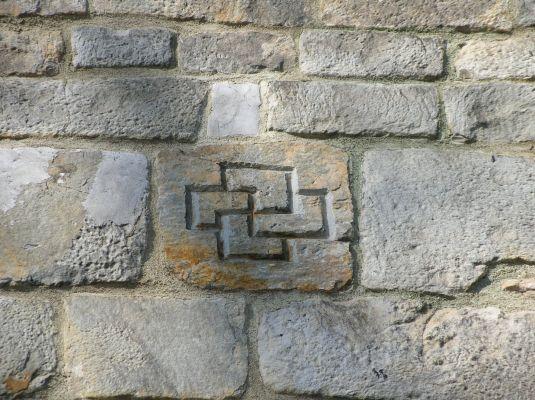 Kolegiata w Kruszwicy - sfastyka na murze kościoła