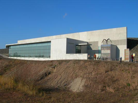 """Pawilon z wystawą skamieniałości triasowych kręgowców """"in situ"""" (w oryginalnym złożu) w Krasiejowie"""