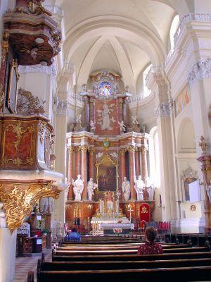 Ołtarz główny w sanktuarium maryjnym w Różanymstoku