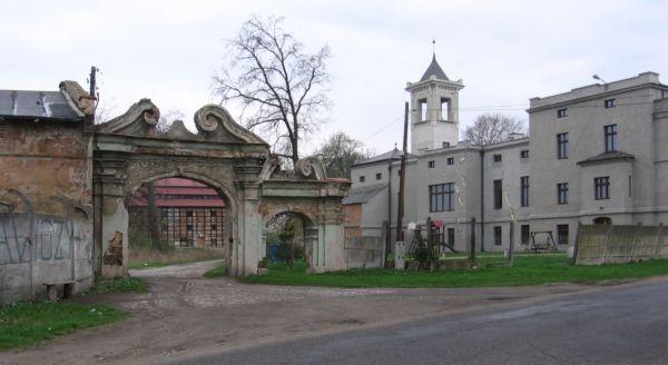 Ruina bramy prowadzącej do pałacu (z prawej) w Galowicach