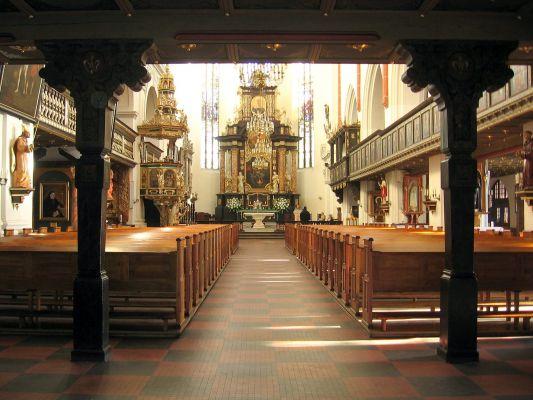 Wnętrze Bazyliki mniejszej św. Jana Apostoła i Ewangelisty w Oleśnicy
