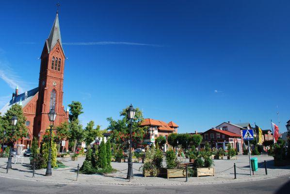 Główny plac w Kartuzach i kościół św. Kazimierza