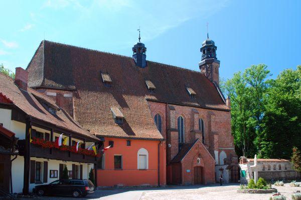 Koścół Wniebowzięcia Marii Panny w Żukowie od strony dziedzińca klasztornego