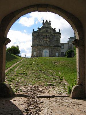 Św. Krzyż - widok kościoła z bramy wschodniej