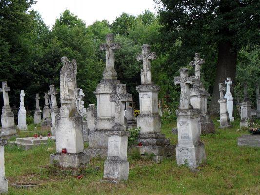 Stare nagrobki bruśnieńskie na cmentarzu w Horyńcu