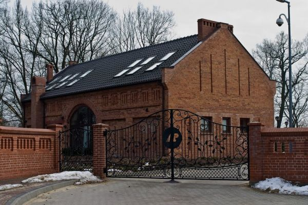 wjazd do Nadleśnictwa i budynek stodoły - obecnie sali wystawowej