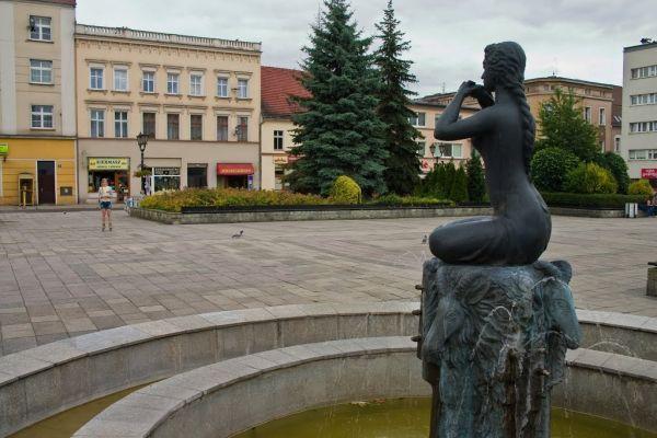 fontanna i widok wschodniej pierzei