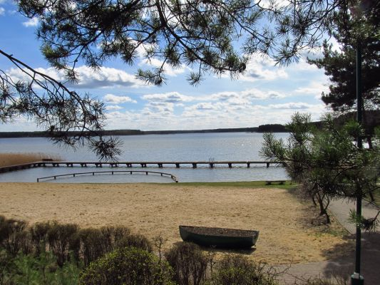 Widok na plażę jeziora Kałębie z alejek Centrum