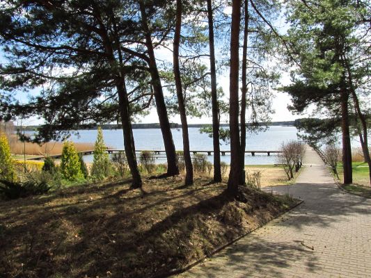 Widok na skrawek jeziora Kałębie z balkonu jednego z pokoi Centrum