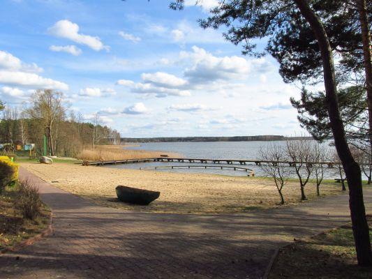 Plaża nad jeziorem Kałębie przy Centrum