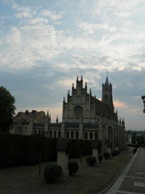 """Imielin, Kościół pw. Matki Boskiej Szkaplerznej, widok od """"absydy"""" i elewacji bocznej"""