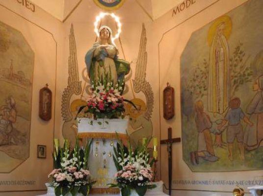 Matka Boża Rozdzielska - figura w ołtarzu głównym kaplicy.