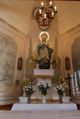 """Figura Matki Bożej Rozdzielskiej w kaplicy """"pod lipami"""" w Rozdzielu"""