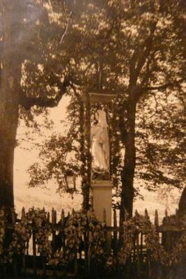 Archiwalna fotografia figury Matki Bożej Rozdzielskiej - lata 40.XX w.