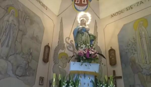 Wnętrze kaplicy pod lipami w Rozdzielu