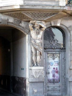 OPOLE kamienica na ul 1 Maja 15 -rzeźba na elewacji oraz ozdobna brama. sienio