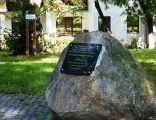 Toruń, cmentarz żydowski, ul. Pułaskiego 18 (tablica pamiątkowa na obelisku i lipa Rabina Kaliszera) (OLA Z.)