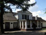 Trzepnica, dwór (obecnie szkoła), elewacja od strony parku (obecnie wejściowa)