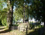 Obelisk z brzozowym krzyżem na mogile konfederatów barskich