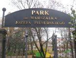 Szyld nad wejściem do parku imienia Józefa Piłsudskiego