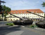 Czołg T-72 w tle koszar gen. broni Zygmunta Sadowskiego w Żaganiu