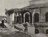 Burzenie dzielnicy żydowskiej w Lublinie przez hitlerowców w latach 1942-1943. Na pierwszym planie resztki bimy w sali modlitewnej przy ul. Jatecznej, w głębi bóżnica Macharszala (Czesław Gawdzik)