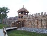 Brama zrekonstruowanej osady w Biskupinie