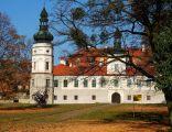 Frontowa elewacja zamku w Żyrowej
