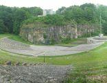 Góra Świętej Anny: Amfiteatr z 1938r. i pomnik powstań śląskich w tle