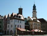 Lubań – Rynek z ratuszem, Wieżą Kramarską i rekonstrukcją sukiennic