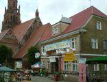 Ratusz i Rynek w Dobrej Nowogardziej, po lewej: kościół p.w. Świętej Klary