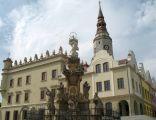 Ratusz miejski i kolumna maryjna na rynku głubczyckim