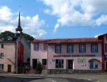Gminny Ośrodek Kultury w Tuchomiu, w tle kościół pw. św. Michała