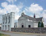 Kościół parafialny pw. św. Anny w Rutkach. Z lewej strony dzwonnica parawanowa