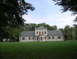 Widok tylnej elewacji pałacu w Wilczynie (spod bramy)