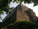 Zamek Lipowiec - potężne mury zamkowe