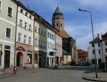 Kożuchów - Rynek w tle kościół pw.NMP.